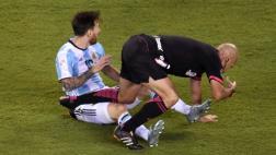 Lionel Messi 'fouleó' y derribó al árbitro Héber Lopes [VIDEO]