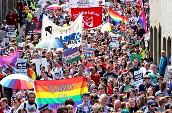 Europa se llena de color por marchas del Orgullo Gay