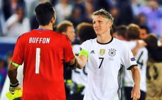 Bastian Schweinsteiger le muestra su respeto a Gianluigi Buffon