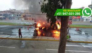 Los Olivos: incendio consumió grúa en avenida Carlos Izaguirre