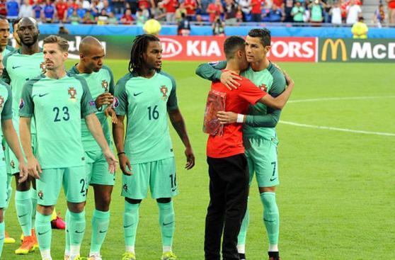 Cristiano Ronaldo compartió emotivo momento con recogebolas