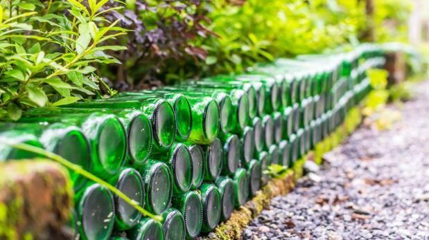 Transforma las botellas de cerveza en piezas para decorar