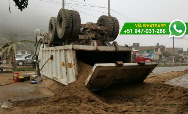 Comas: camión que trasladaba arena se volcó en Collique