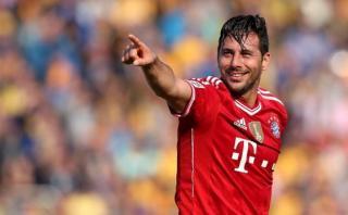 Claudio Pizarro en camiseta de colección con cracks del Bayern