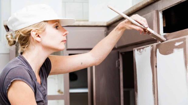 Cinco pasos para pintar los gabinetes de tu cocina | Mantenimiento ...
