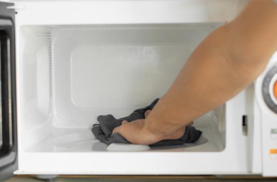 Cómo usar productos caseros para limpiar el microondas