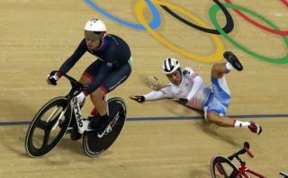 Ciclista gana medalla de plata tras derribar a un rival [VIDEO]