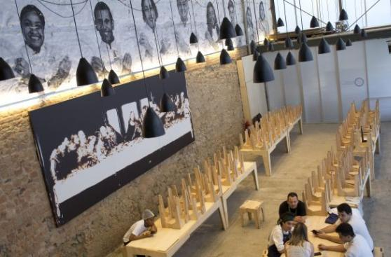 Indigentes de Río se alimentan de comida olímpica excedente
