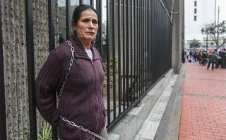 Mujer agredida durante 27 años se encadenó en el centro de Lima