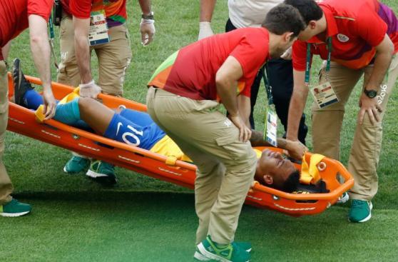 Neymar asustó por fuerte golpe en el pecho tras anotar [VIDEO]