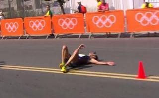 Atleta se desvanece y segundos después retoma la marcha [VIDEO]