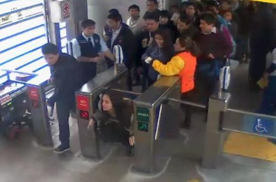 Metropolitano: agreden a correazos a vigilante para no pagar