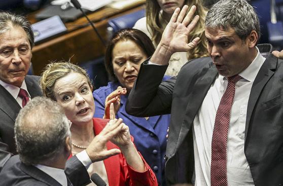 Juicio a Dilma Rousseff se suspende por disputa entre senadores