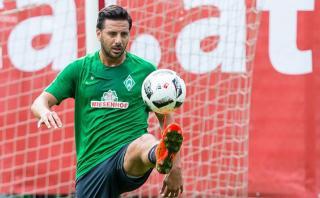 Claudio Pizarro se recupera y ya entrena con balón en Bremen