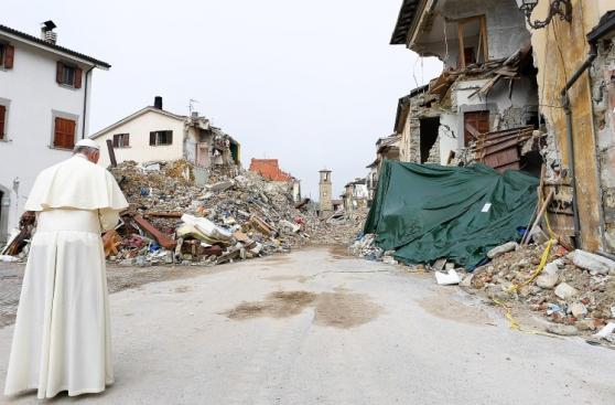 La visita sorpresa del Papa a afectados por terremoto en Italia