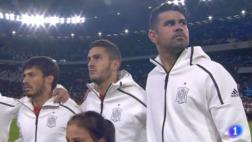 Jugadores de Italia dan lección a público en el himno de España