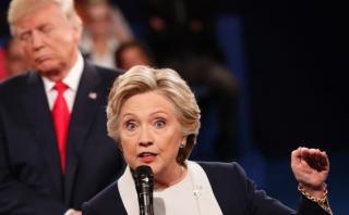 """Clinton: Trump está """"desesperado y cada vez cae más bajo"""""""