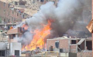 Incendio en San Martín de Porres afectó tres viviendas