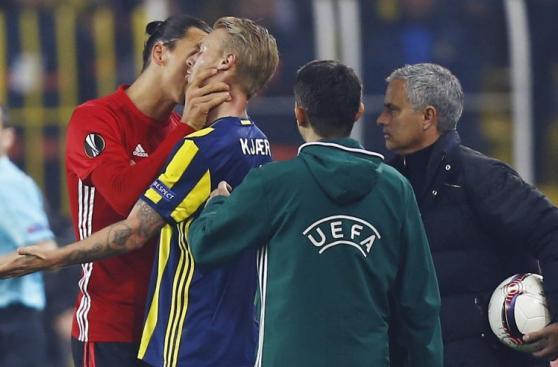 Ibrahimovic se enojó con rival y lo tomó así del cuello [FOTOS]