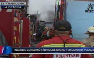 Incendio destruyó almacén de vehículos en La Victoria
