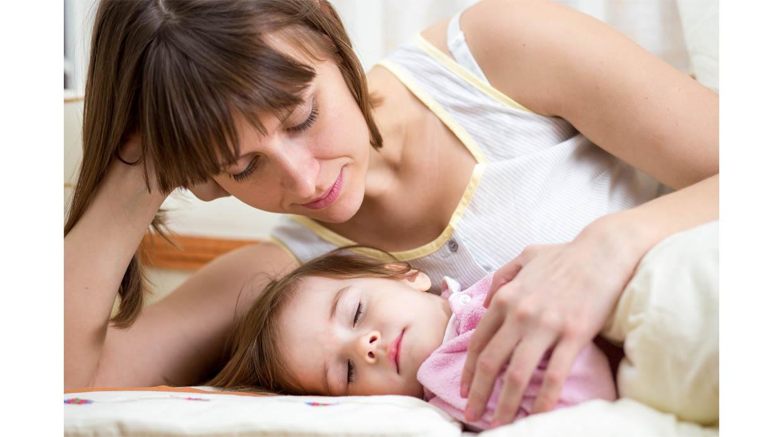 ¿Es bueno entrenar a los bebés para que duerman toda la noche?