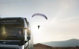 ¿Qué hace un camión jalando un paracaidista? [VIDEO]
