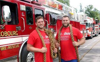 Baten récord jalando tres camiones de bomberos [VIDEO]