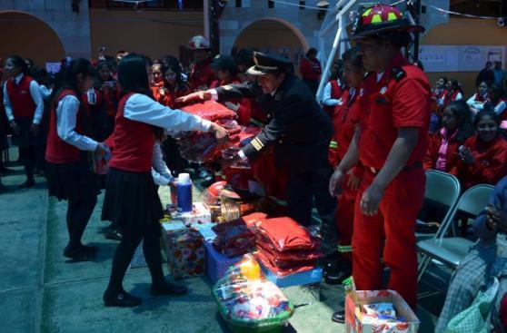 Puno: alumnas recolectan dinero y donan objetos a bomberos