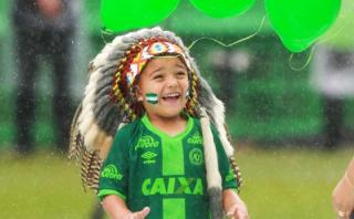 Chapecoense: El niño que llevó una sonrisa al sentido homenaje