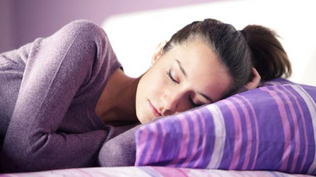 La forma de dormir que puede traerte beneficios para la salud