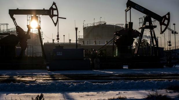 Petróleo cae mientras dólar sube por alza de tasas de la Fed