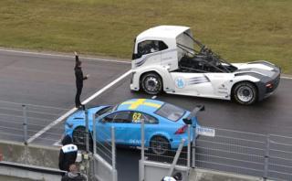 ¿Quién gana?: Camión de 2.400 HP se enfrenta a auto de carreras