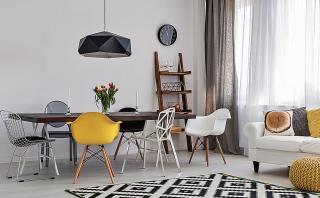 Aprende cómo utilizar sillas y bancas distintas en el comedor