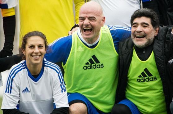 Maradona junto a otras estrellas se divirtieron en amistoso