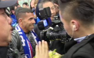 Carlos Tevez fue recibido en China por multitud que lo ovacionó