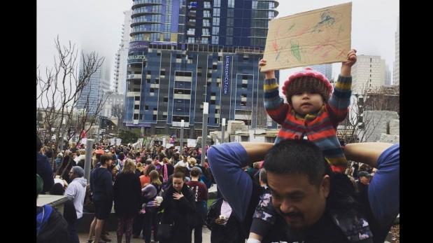 La pequeña activista que enterneció a miles con singular cartel