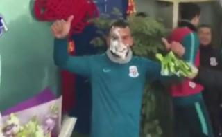 Carlos Tevez recibió cumpleaños en China con tortazo en la cara