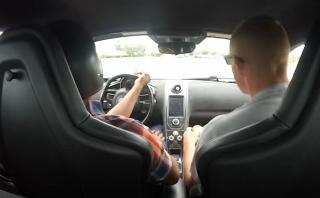 El motivo por el que nunca debes conducir solo con una mano