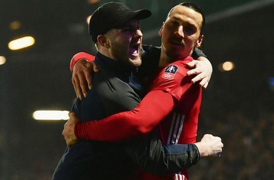 Ibrahimovic: celebró efusivamente con hincha que entró al campo
