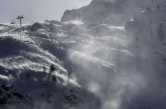 Francia: Espectacular avalancha en pista de esquí de los Alpes