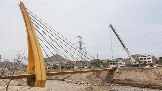 Lima empleará S/700 mil para reforzar puente sostenido por grúa