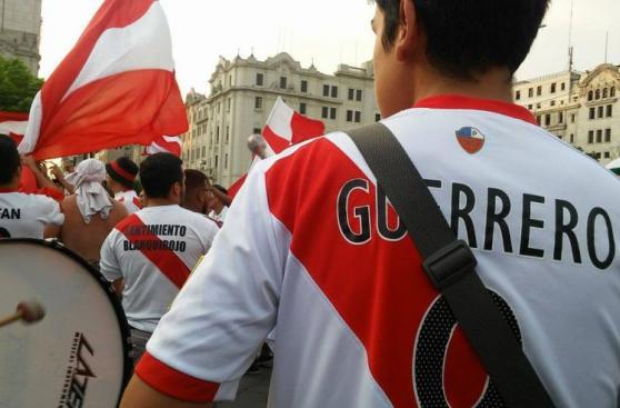 Perú vs. Uruguay: hinchas alentaron en Plaza San Martín [FOTOS]