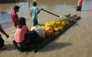 Piura: población afectada por lluvias se traslada en balsas