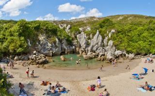 Gulpiyuri: Recorre la playa más pequeña del mundo