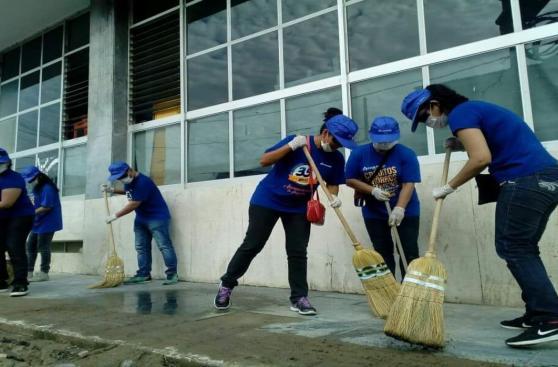 Vecinos y autoridades limpian las calles de la ciudad de Piura