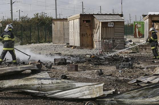 Francia: Evacúan campo de refugiados tras voraz incendio