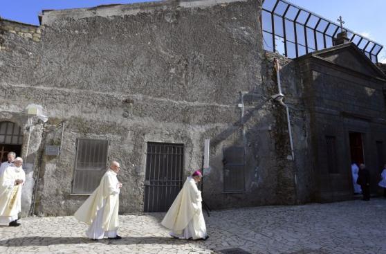 El papa Francisco lava los pies a doce reclusos en Roma