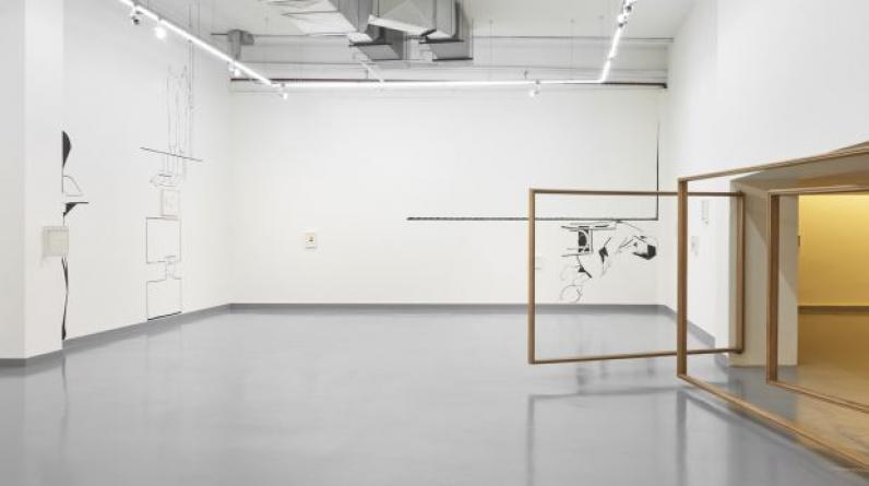 """""""Entre la primera y la segunda sala —en el umbral entre ambas— hay tres grandes marcos de madera (una versión de """"¿Cómo desaparecer una puerta?"""", de 2017) que funcionan como puertas huecas superpuestas."""" (Foto: Juan Pablo Murrugarra)"""