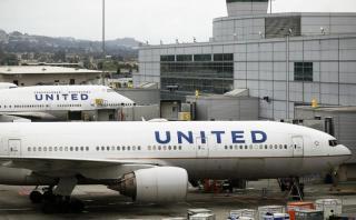 United Airlines bajó del avión a pareja que viajaba a su boda