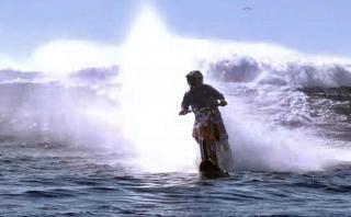 No es broma: lleva su moto a casi 100 km/h sobre el mar
